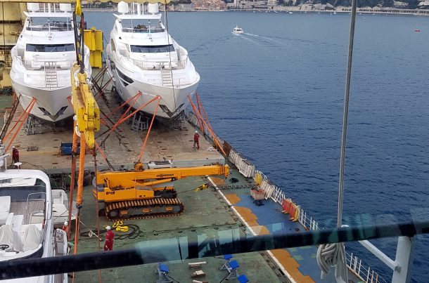 Transport de bateaux, port de Nice