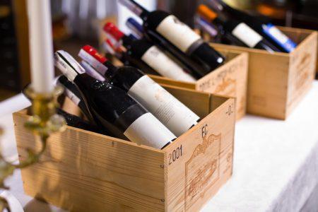 Bouteilles de vin en caisse de bois pour exposition