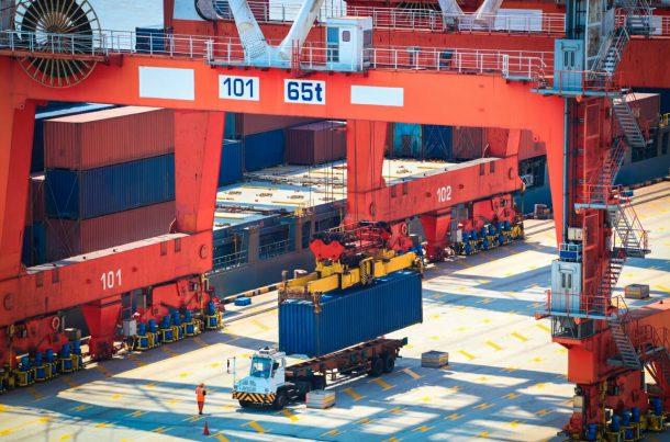 Fret maritime: chargement de conteneurs